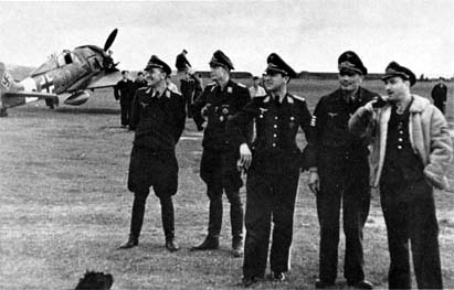 Major Dahl discussing Sturmj�ger tactics with pilots of IV.(Sturm)/JG 3 Udet at Illesheim